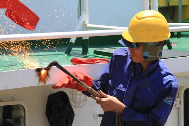 Cận cảnh tàu Kiểm ngư Việt Nam bị tàu Trung Quốc đâm gây hư hỏng 13