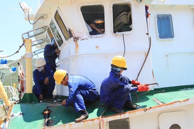 Cận cảnh tàu Kiểm ngư Việt Nam bị tàu Trung Quốc đâm gây hư hỏng 6