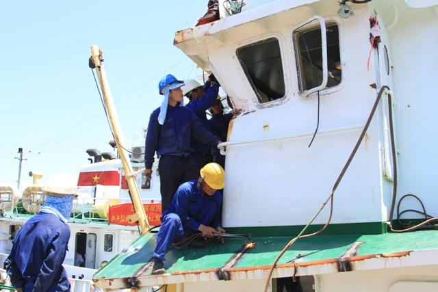 Cận cảnh tàu Kiểm ngư Việt Nam bị tàu Trung Quốc đâm gây hư hỏng 9