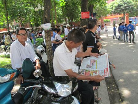 """Hà Nội: Phụ phuynh """"trốn"""" nắng ngóng sĩ tử 4"""