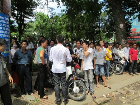 """Hà Nội: Phụ phuynh """"trốn"""" nắng ngóng sĩ tử 6"""