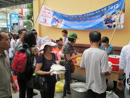 Hà Nội: Cơm chay miễn phí ấm lòng sĩ tử 3