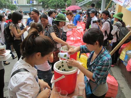 Hà Nội: Cơm chay miễn phí ấm lòng sĩ tử 6