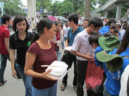 Hà Nội: Cơm chay miễn phí ấm lòng sĩ tử 4