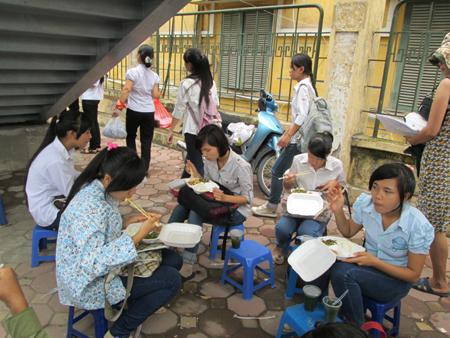 Hà Nội: Cơm chay miễn phí ấm lòng sĩ tử 7