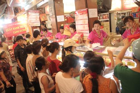 Cận rằm, người Hà Nội đổ xô đi mua bánh trung thu 1