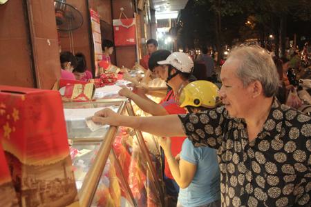 Cận rằm, người Hà Nội đổ xô đi mua bánh trung thu 2