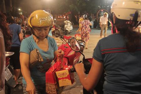 Cận rằm, người Hà Nội đổ xô đi mua bánh trung thu 7