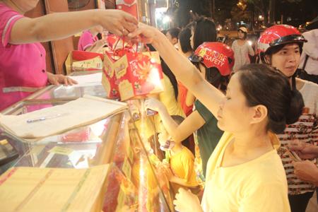Cận rằm, người Hà Nội đổ xô đi mua bánh trung thu 3