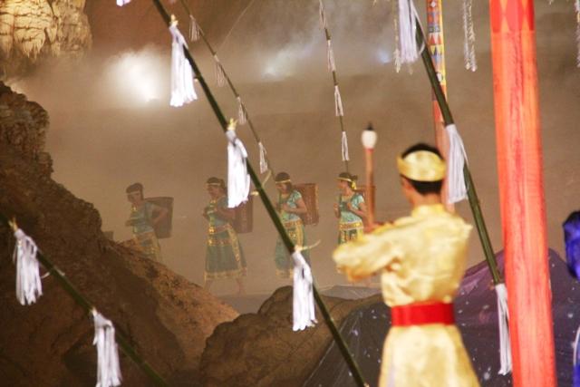 Biểu diễn nghệ thuật trong Động Thiên Đường 7