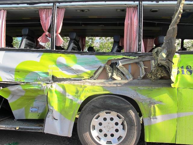 Lật xe khách, 4 người bị thương nặng 2