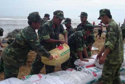Phú Yên: Sập 100m kè chắn sóng, 20 hộ phải di dời 1