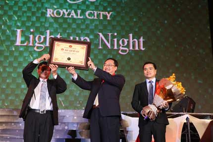 Cây thông kỷ lục Việt Nam có mặt tại Royal City 1