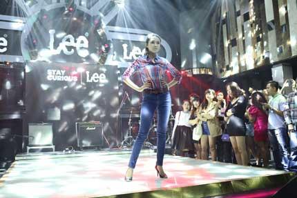 Maya khoe đường cong gợi cảm trong trang phục Jean Lee 10
