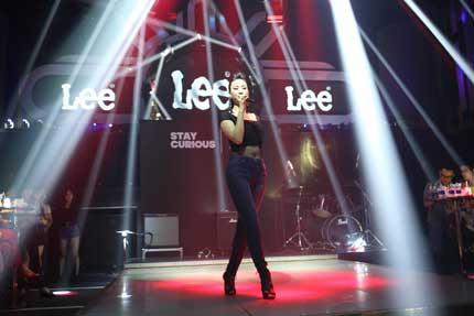 Maya khoe đường cong gợi cảm trong trang phục Jean Lee 5