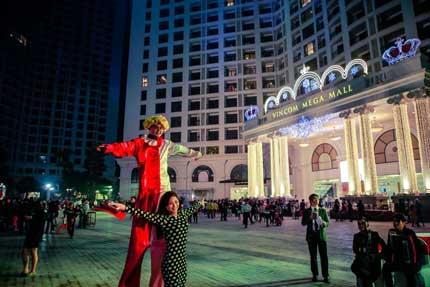 Cây thông kỷ lục Việt Nam có mặt tại Royal City 8