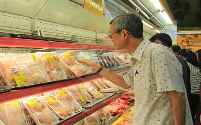 Gà trong siêu thị giảm giá vẫn đắt 1