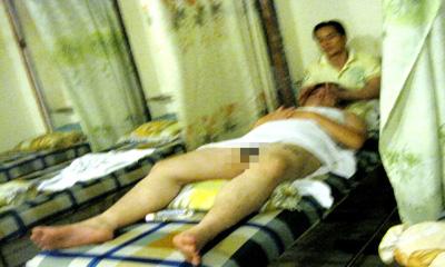 Nhân viên khiếm thị massage cho khách khỏa thân 1