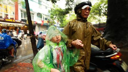 Mùa mưa to, mẹ lo con bệnh 1