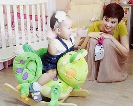 Vẻ đẹp lạ của các em bé con lai nhà sao Việt 9