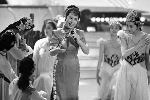 Bà Bành Lệ Viện trở thành gương mặt quen thuộc trên đài truyền hình trung ương Trung Quốc CCTV. Trong ảnh, bà Bành tập cho một chương trình trên truyền hình năm 2000.