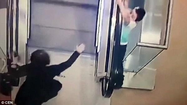 Cô bé 5 tuổi bị trượt chân lao qua tay vịn của chiếc thang cuốn.