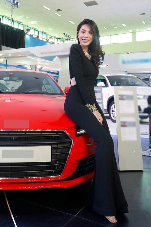 Thuỷ Tiên dự buổi bế mạc Triển lãm motor show tại thủ đô Hà Nội. Cô mặcbộ cánh nửa kín nửa hở, ôm sát người trông rất quyến rũ.