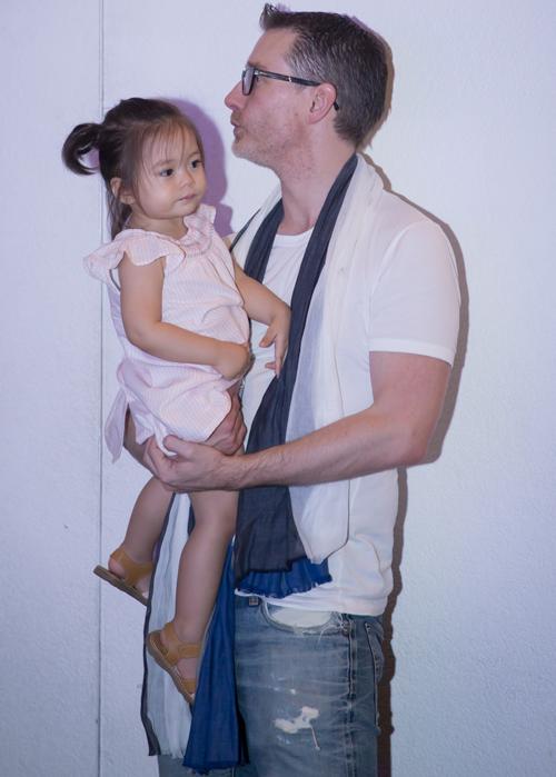 Cuối tuần rảnh rỗi, chồng Đoan Trang bế cô con gái cưng đi xem vợ biểu diễn.