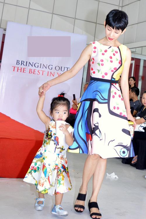 Tối 11/10, Xuân Lan đưa con gái đi dự buổi tổng kết lớp người mẫu nhí của một trung tâm. Hai mẹ con cựu người mẫu mặc váy họa tiết rất bắt mắt.