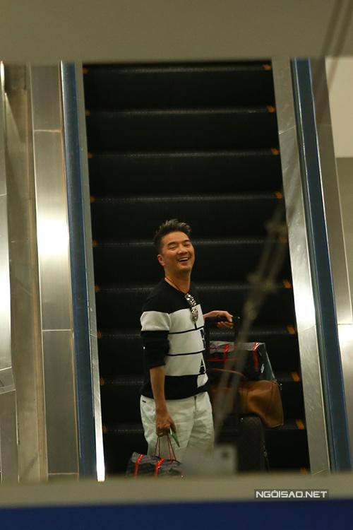 11h trưa nay, Đàm Vĩnh Hưng về đến sân bay Tân Sơn Nhất sau chuyến lưu diễn Mỹ. Vừa thấy người quen đứng đợi ở xa, ca sĩ lập tức cười rạng rỡ.