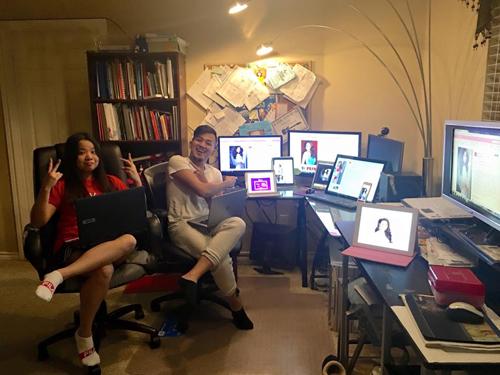 Một fan Việt đã chuẩn bị dàn máy tính số lượng lớn để chấm điểm cho Phạm Hương trong chung kết. Ảnh: Bin Do.