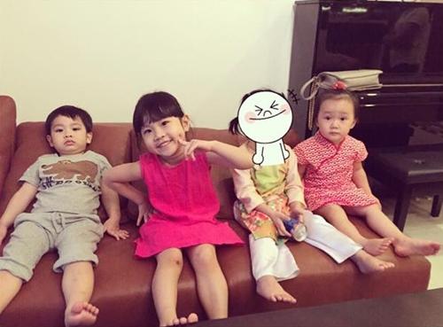 Con gái của Thủy Tiên mặc bộ áo dài vàng trong dịp Tết bên cạnh các bạn, trong đó có bé Luna (váy hồng), con gái Linh Nga.