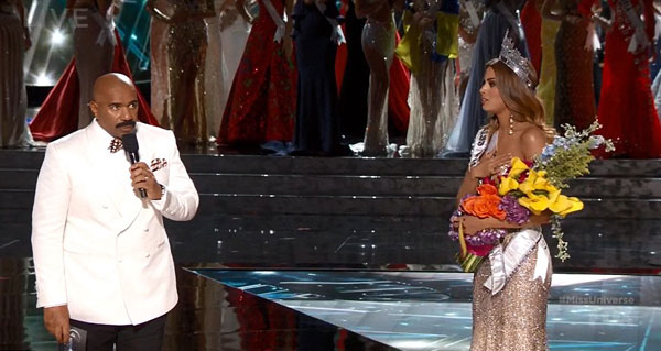 Steve Harvey bất ngờ ra xin lỗi và đọc lại kết quả khiến người đẹp Colombia chết đứng trên sân khấu.