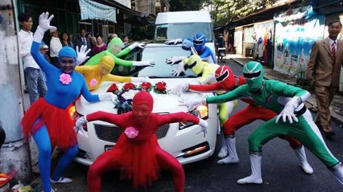 ... phục nhi�u màu sắc của những siêu nhân. Hình ảnh v� đám cưới ngay khi  được chia sẻ lên mạng xã hội đã thu hút được sự quan tâm của cộng đồng.