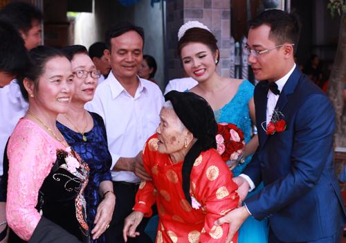 Cụ Nguyễn Thị Thờidự đám cưới cháu nội của mình. Ảnh: An Nguyên.