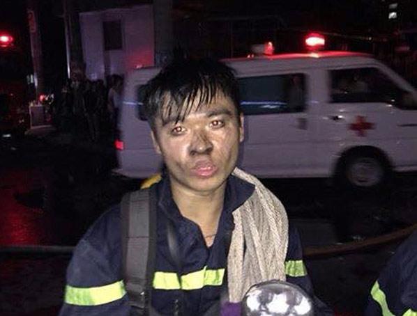 Hạ sỹ Trương Duy Tùng sau khi hoàn thành nhiệm vụ chữa cháy và cứu người trong vụ hỏa hoạn tại CT4 Xa La – Hà Đông tối 11/10.
