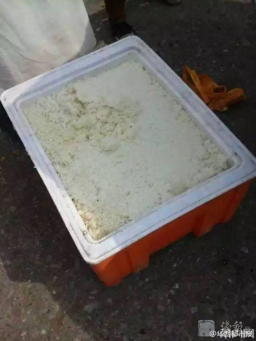 Qua những hình ảnh được phát tán trên mạng, học sinh xếp hàng dài để lấy cơm trong khi cơm và thức ăn đều được đựng trong thùng xốp đặt ngay dưới nền. (Nguồn: QQ)