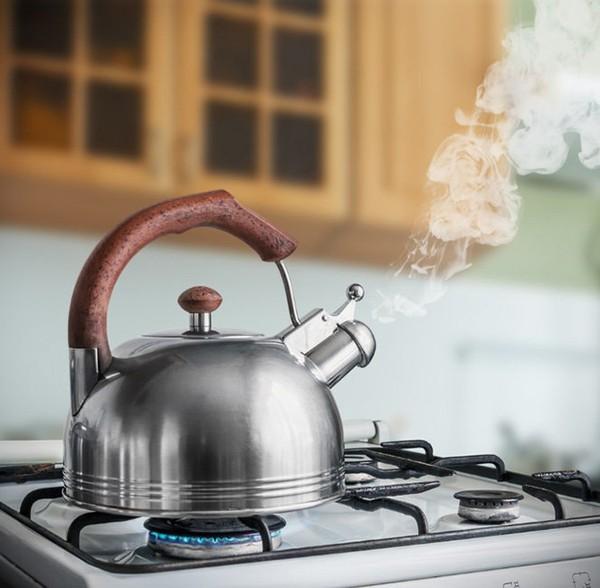 Thói quen đun 2-3 ấm nước để nguội cho vào bình uống dần cả tuần vô tình biến thành nước uống không an toàn