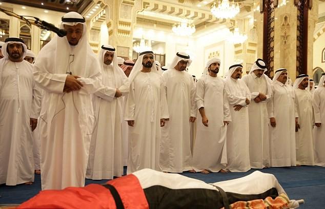 Những hình ảnh đầu tiên về đám tang hoàng tử Dubai đẹp trai qua đời tuổi 33-3