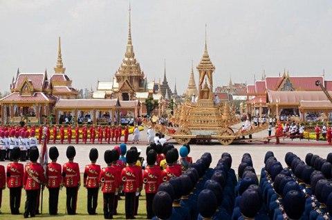 Sanam Luang là một bãi cỏ hình ô van rộng lớn, được mệnh danh là cánh đồng của Hoàng gia, dùng làm chỗ hỏa táng các nhân vật hoàng tộc Thái Lan. Đây còn là nơi trồng lúa nước mang tính nghi thức và cũng là một công viên cho dân chúng. Sanam Luang nằm ở vị trí trước Cung điện Hoàng gia ở thủ đô Bangkok