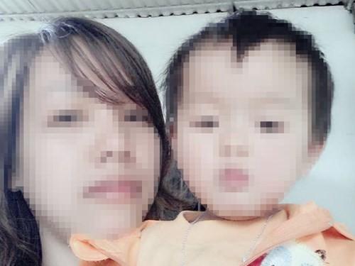 Thu Giang về thăm con gái đang được gửi ông bà ngoại ở quê chăm sóc.