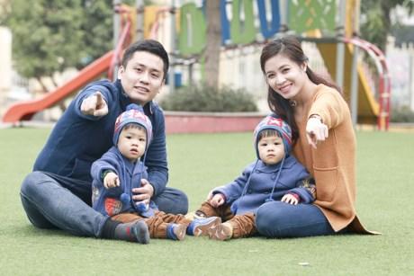 Hoàng Linh - Trung Nghĩa là một trong những cặp đôi đẹp của Đài truyền hình Việt Nam. Kết hôn vào năm 2012, đôi trai tài gái sắc này hiện đã có hai thiên thần nhỏ cực kỳ đáng yêu là Gà và Bon.