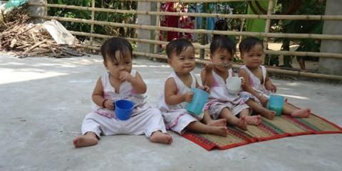 Các bé gái sinh tư Việt- Nam- Hạnh- Phúc.