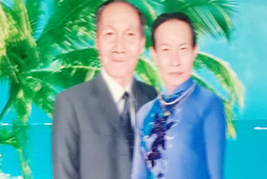 Hình của đôivợ chồng già treo trên vách lá.
