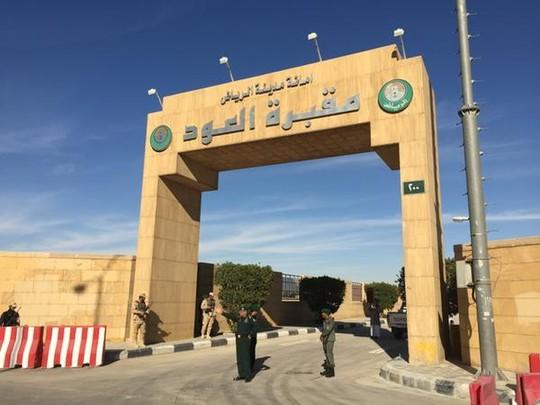 Cổng vào nghĩa trang Al Oud được canh gác sáng 23-1. Ảnh: Twitter