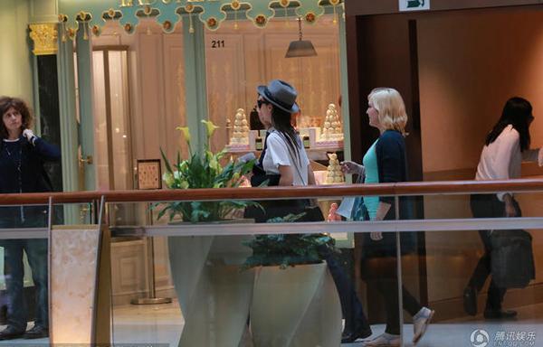 Paparazzi chộp được hình ảnh của Angelababy khi cô và một người bạn ngoại quốc cùng trợ lý đi uống trà chiềutại khu Central, Hong Kong. Vợ Hiểu Minh ăn mặc khỏe khoắn, đơn giản, khuôn mặt không trang điểm. Vóc dáng cô có phần gầy gò, mảnh mai.