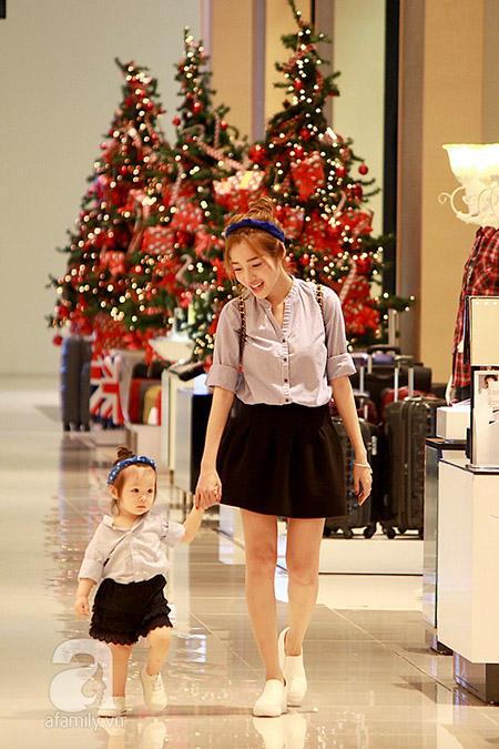 Vừa qua, mẹ con Elly Trần và Cadie Mộc Trà đã cùng nhau xuất hiện tại 1 trung tâm thương mại lớn ở TPHCM