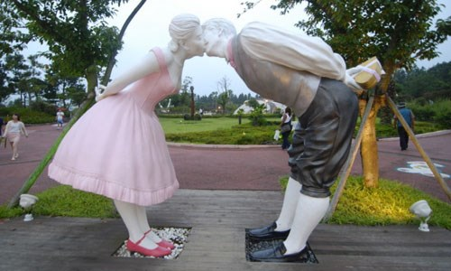 Công viên tình yêu trên đảo Jeju, Hàn Quốc khiến nhiều người phải ngượng ngùng, đỏ mặt khi ghé thăm. Khi đến nơi đây, du khách sẽ được xem những bộ phim giáo dục về đời sống tình dục, cũng như chiêm ngưỡng hơn 140 bức tượng miêu tả các tư thế quan hệ khác nhau hay các bức điêu khắc đá mang hình thù của bộ phận sinh dục nam và nữ.