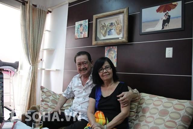 Chánh Tín trang trí phòng khách cũng rất đơn giản, trên tường chỉ treo những bức hình kỷ niệm của hai vợ chồng.