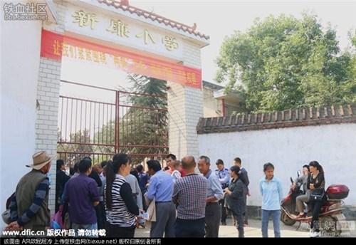 Người dân xung quanh hiếu kì vụ án mạng xảy ra ở trường Xinkang.